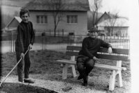 Michal stanič s mládežníkmi pri výstavbe parku