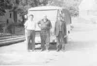 Michal Stanič s družstevníkmi, keď dočasne robil pokladníka JRD
