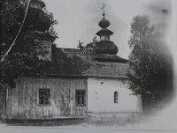 stará cerkov uprostred dediny zachytená na jedinej fotografii z roku 1922