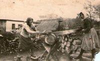 pílenie dreva zvládli aj ženy - rok 1947