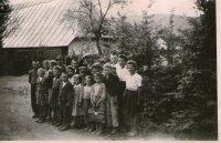 žiaci ciglanskej školy na fotografii približne z roku 1947