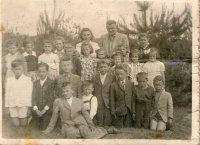 žiaci s pánom učiteľom Duranikom  a pani učiteľkou Polákovou - rok 1955