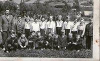 žiaci s pánom učiteľom Staničom - rok 1964