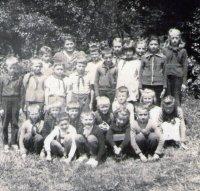 žiaci s pánom učiteľom Staničom - rok 1965
