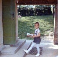 krásna spomienka, týmito dverami sme prechádzali do našej školy každý deň...na tejto fotografii vchádza do školy učiteľov syn