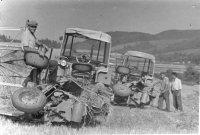 prvé dva traktory a ich traktoristi /vpravo/ na družstve so samoviazačmi