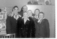 družstevníčky pri oslave MDŽ spolu s vedúcim hospodárskeho dvora - rok 1976