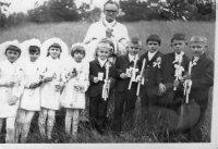 prvé sväté prijímanie s otcom duchovným Čečkom - rok 1971