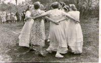 svadobné tance pri cerkvi