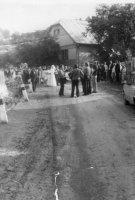 svadobný sprievod ide do cerkvi