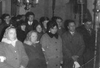 svadobčania v cerkvi