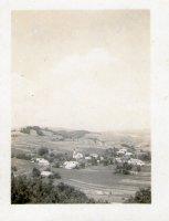 pohľad na dedinku a obrobené polia