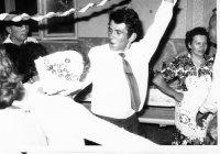brat vykrúca nevestu v redovom tanci